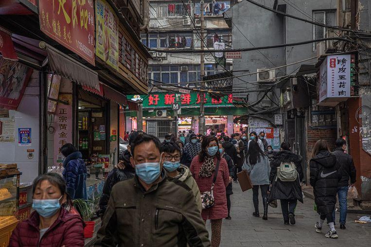 Weinig in Wuhan herinnert aan de lockdown van een jaar geleden. Het stadsleven bruist, in de winkelstraten is het druk. Beeld EPA