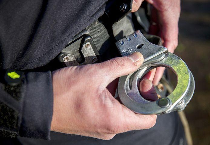 Agenten waren vrijdag genoodzaakt hun collega in de boeien te slaan.