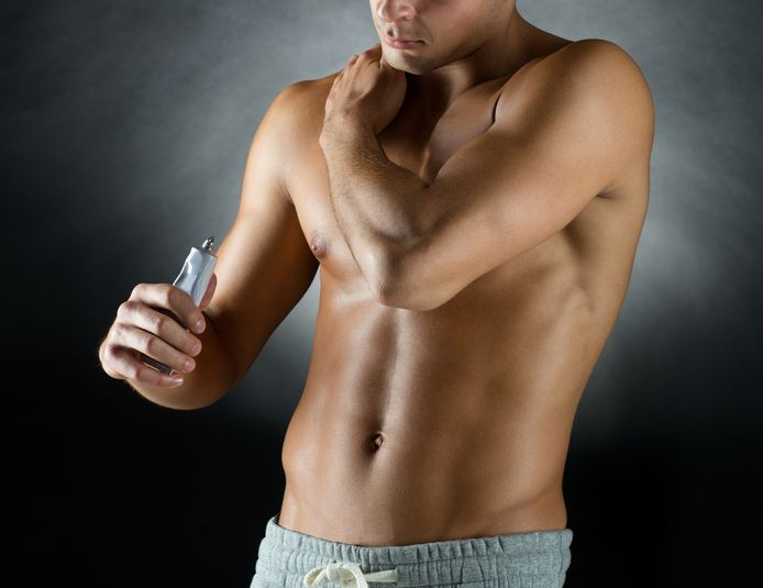 Dagelijks op armen en schouders een gel met twee hormonen smeren.