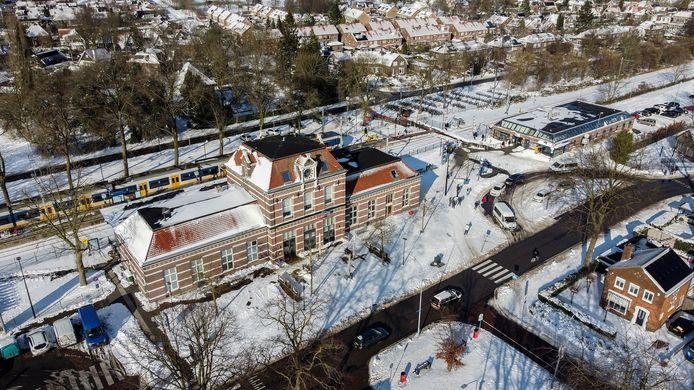 Het station in Tiel staat op plek 4 van de meest gewaardeerde stations van 2020. In het gebouw rechtsboven zit onder meer de stationshuiskamer gevestigd.