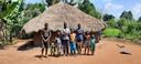 Sunday Samson heeft zeven kinderen. Deze hut met strooien dak is altijd hun huis geweest...