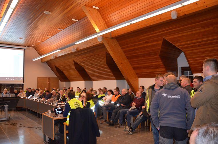 De leden van Centrumlijst en heel wat bewoners van de bewuste straten uiten op de gemeenteraad - al dan niet in fluohesje - hun ongenoegen over het proefproject in Kerksken.