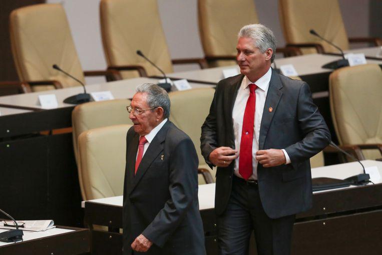 De Cubaanse president Miguel Diaz-Canel (rechts) en zijn voorganger Raul Castro. Beeld Getty Images