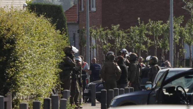 Speciale eenheden dringen na urenlange belegering woning binnen van gewapende man: verdachte dood aangetroffen