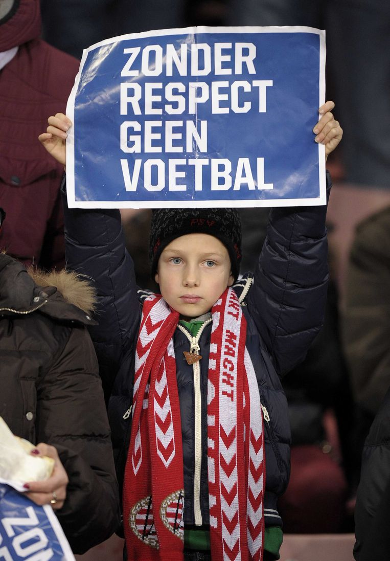 epa03503159 A supporter holds up a sign with the text 'without respect, no soccer' during a minute silence prior to the Dutch Eredivisie soccer match PSV Eindhoven against FC Twente in Eindhoven, The Netherlands, 09 December 2012. They stood in silence for one minute, because of the death of the linesman Richard Nieuwenhuizen. The linesman of the club SC Buitenboys in Almere died on 03 December 2012 after he was allegedly beaten by teenage players of SV Nieuw Sloten following a match on 02 December 2012.  EPA/MARCEL VAN HOORN Beeld EPA