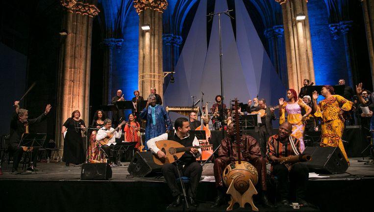 Jordi Savall (uiterst links) tijdens een opvoering van Les routes de l'esclavage. Beeld Claire Xavier
