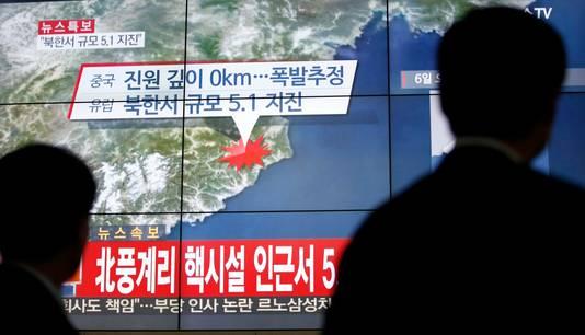 Zuid-Koreanen kijken naar het nieuws over de test van Noord-Korea.