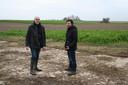 Eddy Stas en Pieter Abts op het beton van een 'aviole'. Achteraan de bosjes die ontstonden rond betonnen platen.