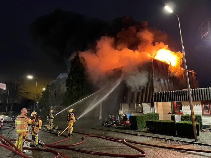De vlammen bij het bedrijf slaan uit het dak