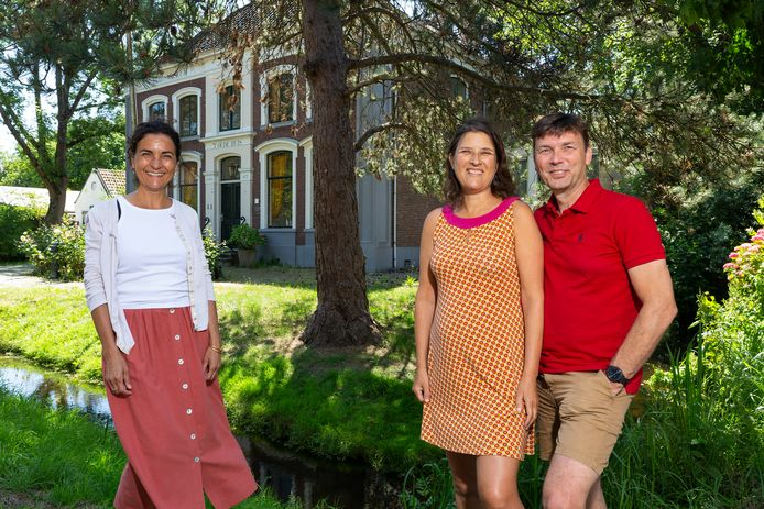 Het voormalige Stadsmuseum aan de Dorpsstraat is gekocht door opleidingscentrum De Eerste Verdieping. Op de foto de driekoppige directie: Renée Hilverdink, Cathelijne Wildervanck en haar partner Richard Spek.