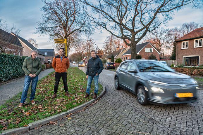 Jean-Paul Nelissen, Lars Jacobs en Ger Nouws (vlnr) van het platform Dorst aan de Spoorstraat in Dorst, waar het regelmatig erg druk is. Op de achtergrond is de spoorwegovergang te zien.