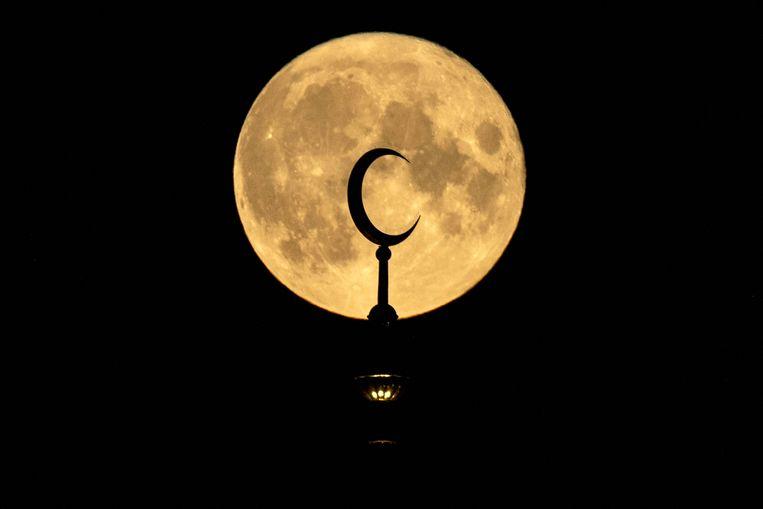 Volle maan boven het Sobornaya-plein in Moskou. Beeld AFP