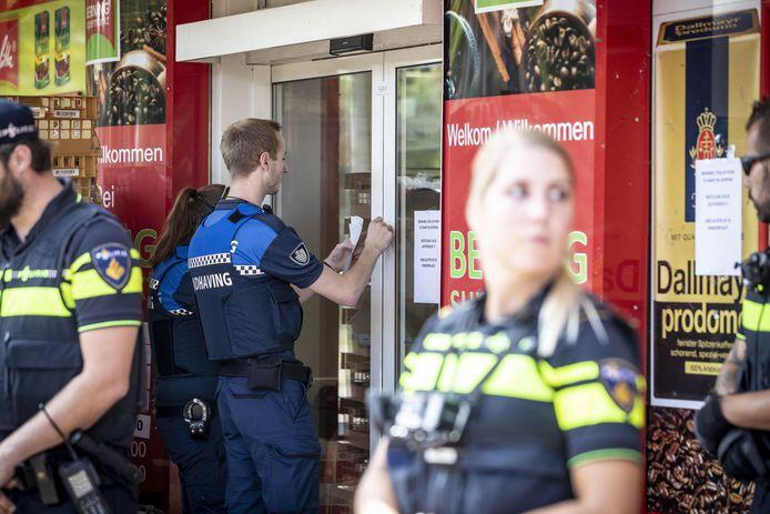 Politie en handhavers verzegelen de supermarkt.