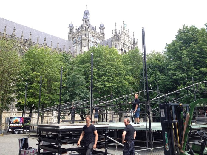Werklieden zijn bezig met de opbouw van het podium voor Opera op de Parade in Den Bosch.