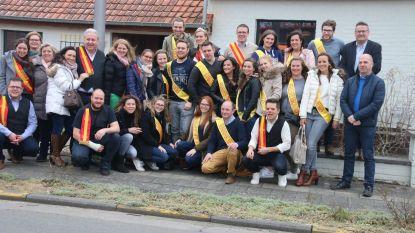 Kandidaten eikoningin en eierboer samen met comité op teambuilding