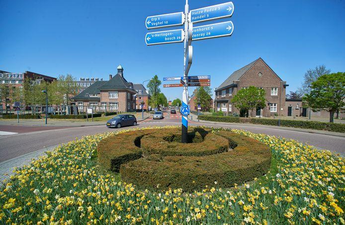 De rotonde in het centrum van Boekel verdwijnt. Links het Agathaplein, in het midden het oude raadhuis en rechts de pastorie.