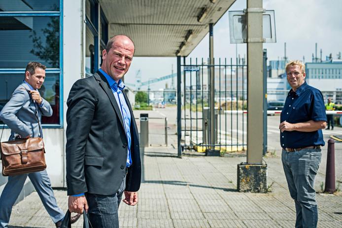Gedeputeerde Jo Annes de Bat, Diederik Samsom en CEO van Thermphos Dinro Hobbel (van links naar rechts) op het terrein van de fosforfabriek, in juli van dit jaar.