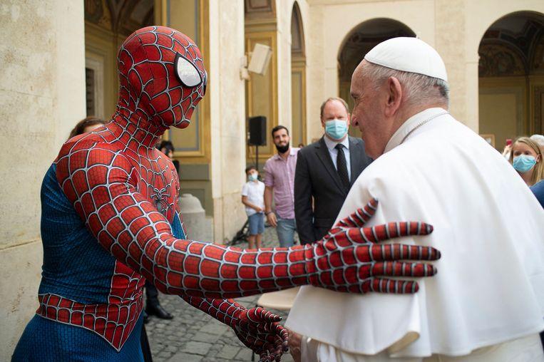 Paus Franciscus ontmoet een man in een Spidermanpak, die veel optreedt voor kinderen die verpleegd worden in ziekenhuizen. 'Spiderman' overhandigde de kerkleider een masker van de strip- en filmheld. Wat paus Franciscus gaat doen met het masker is niet bekend. De bijzondere ontmoeting vond plaats op de San Damaso-binnenplaats in het Vaticaan.  Beeld AFP
