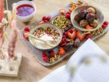 Wat Eten We Vandaag: Verwenplank met notenbonbons en vers fruit