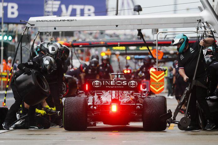 Pitstop van Formule 1-wereldkampioen Lewis Hamilton (Mercedes) tijdens de kwalificatiesessie voor de Grote Prijs van Rusland.