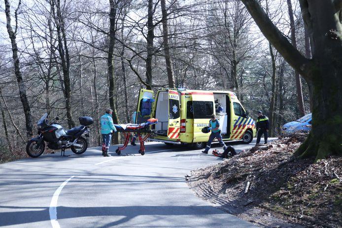 Een motorrijder heeft zaterdagmiddag zijn enkel gebroken bij een valpartij in de beruchte S-bochten op de Bovenallee in Velp.