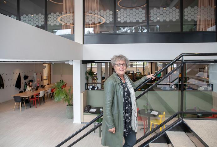 Anke Visserman op de trappen van het fonkelnieuwe Grand Café op De Hartenberg.