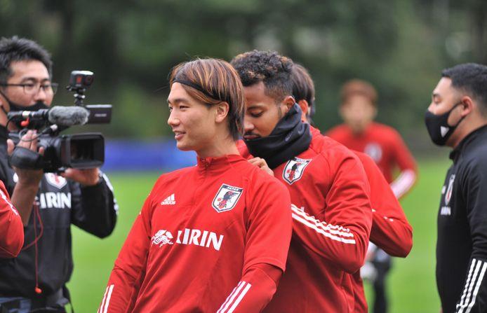 Ontspannen moment tijdens een van de trainingen van het Japanse voetbalelftal op de velden van Duno in Doorwerth.