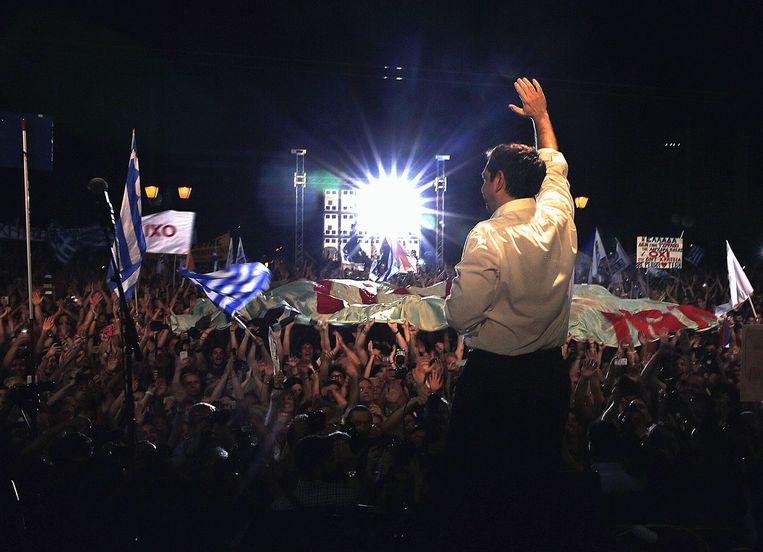 Premier Tsipras voor duizenden 'nee'-stemmers in Athene. Beeld AFP