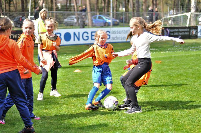 Renkum. Een groot sportfeest voor ruim negentig kinderen bij CHRC dat ook buurman uitgenodigd had. De achterliggende gedacht, fusie op gang brengen.