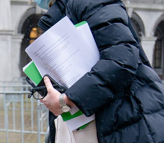 Kajsa Ollongren (D66) verlaat de Stadhouderskamer na een positieve uitslag van een coronatest en laat daarbij onbedoeld de veelbesproken stukken uit de verkenning zien.