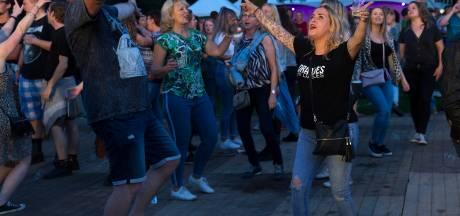 Zo'n 1.200 bezoekers vieren feest op de oever van de Breuly: minder dan anders, maar niet minder gezellig