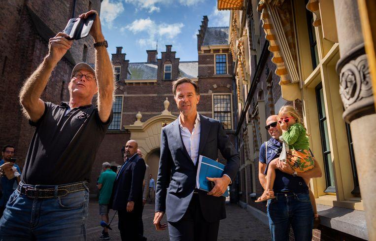 Premier Mark Rutte (VVD) gaat op de foto na afloop van een formatiegesprek eerder dit jaar. Volgens dagblad De Telegraaf zou de georganiseerde misdaad het op hem voorzien hebben. Beeld