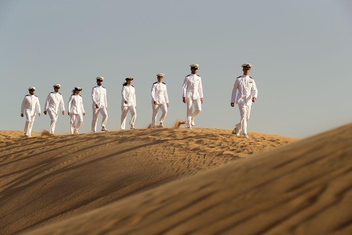De winnende foto van Aaron Zwaal: de bemanning van het marineschip Zr.Ms. De Ruyter op een trip in de woestijn.