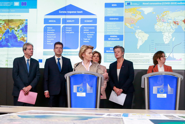 De Europese commissie, met in het midden president Ursula von der Leyen, bij een persconferentie over de Europese aanpak van het coronavirus.  Beeld EPA