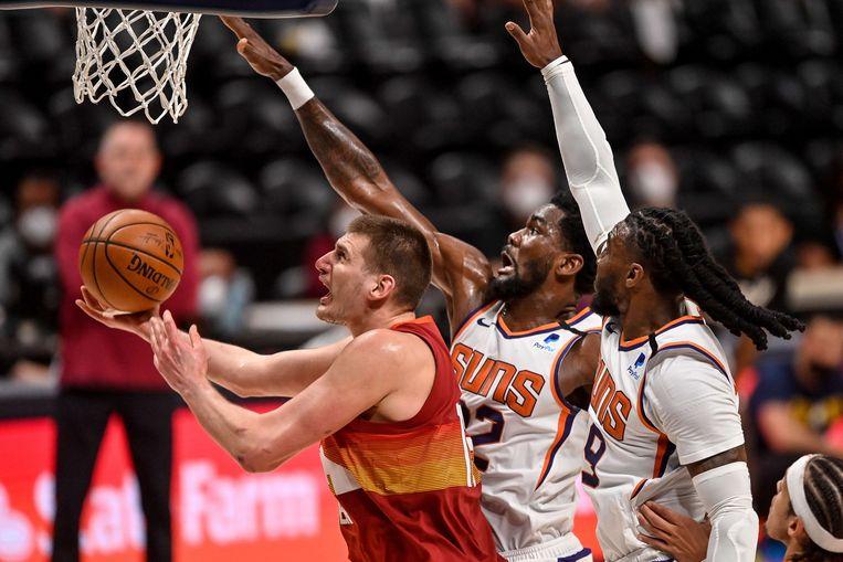 Twee spelers van Phoenix Suns proberen Nikola Jokic, de uitblinker bij Denver Nuggets, af te stoppen in de play-offs. Beeld AFP