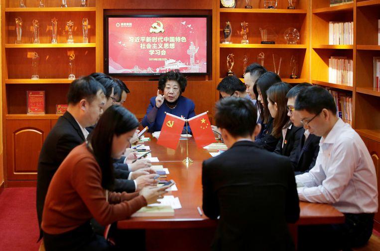 Een studiegroep onder leiding van Cheng Dong (met opgeheven vinger) onderzoekt een nieuwe app van de Chinese overheid. Beeld Jason Lee / Reuters
