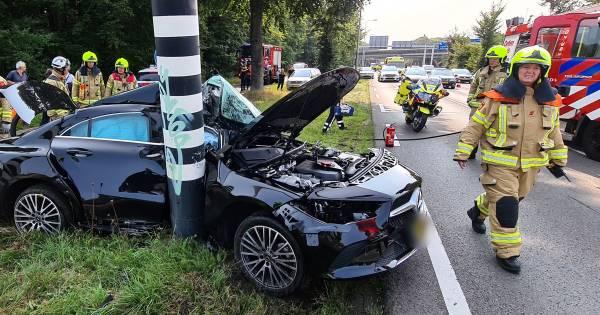 Automobilist in kritieke toestand door ongeval in Arnhem, tweede ongeval in file.