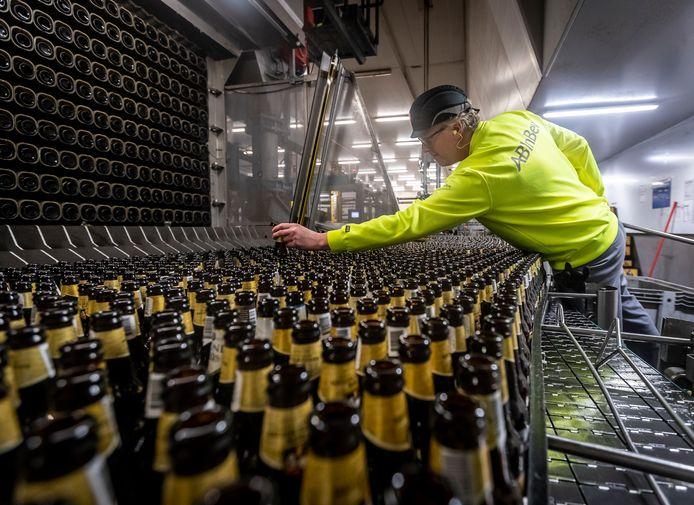 Een medewerker van Dommelsch aan het werk in de brouwerij in Dommelen.