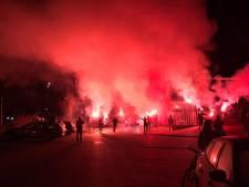 Trotse supporters onthalen spelers FC Twente op trainingscomplex in Hengelo