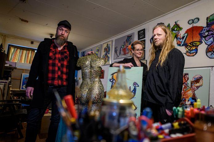 """Tom de Jong (links) met Lisa Lensink en Jeroen Morsinkhof te midden van hun werk. """"Hun huis ádemt kunst"""", aldus De Jong."""