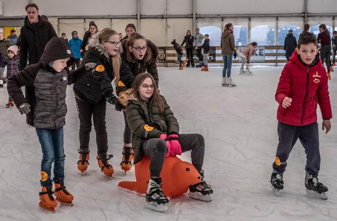 Plezier op de ijsbaan in Cuijk, begin dit jaar. Voorlopig de laatste keer geweest.