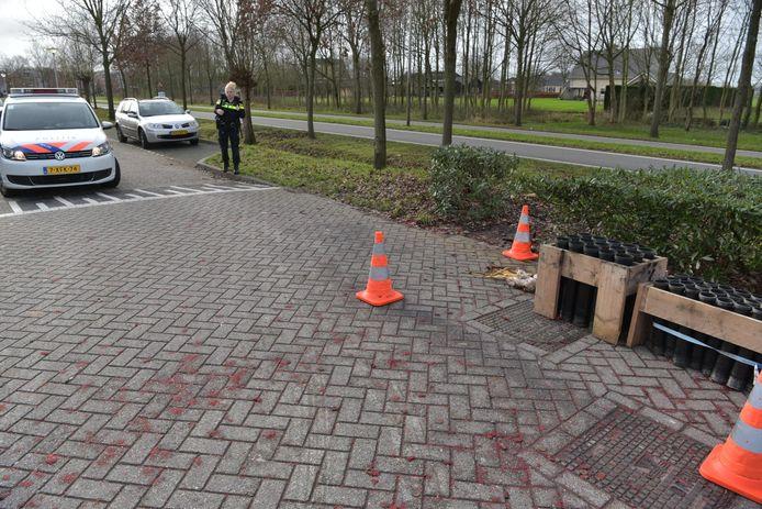 Er lagen nog shells in de sloot. Politie is gearriveerd en die laten een expert komen om het op te halen.