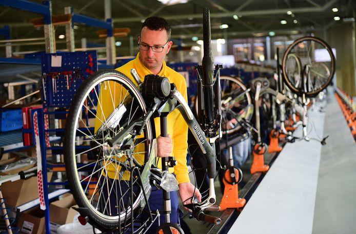 Elektrische fietsen rollen uit de Gazelle fabriek in Dieren
