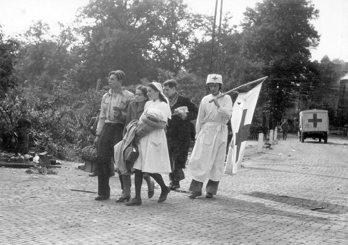 Evacuatie van het Sint Elisabeths Gasthuis in Arnhem langs de Utrechtseweg Patiënten te voet met een man met een witte vlag. De foto is gemaakt door  Kriegsberichter Erich Wenzel van het Duitse leger.