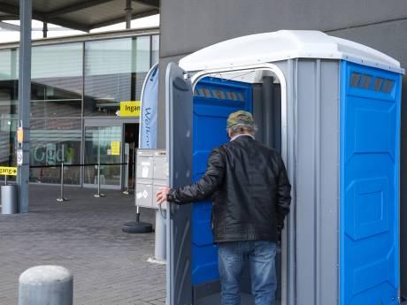 Op de wc bij de priklocatie in Terneuzen zit de poep tot aan de bril. En je handen wassen kan niet.