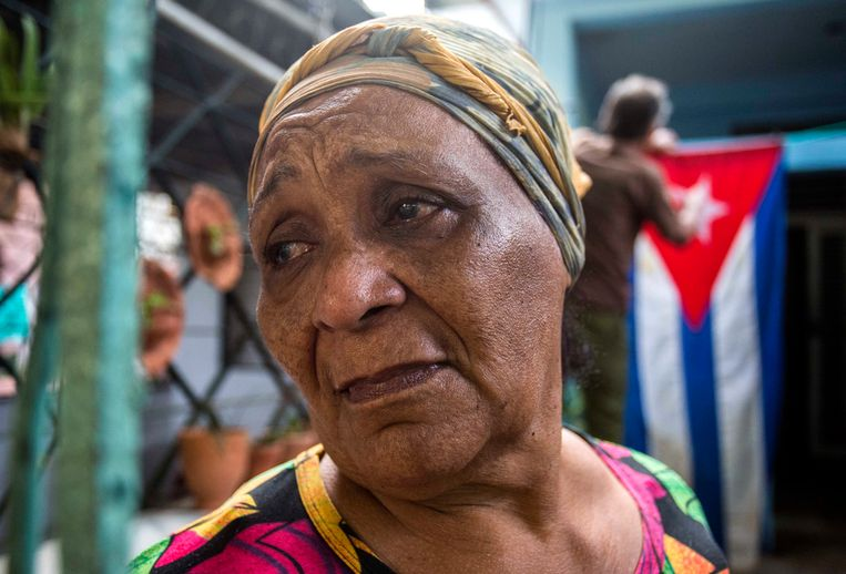 Rafaela Vargas mourns the death of former President Fidel Castro at the entrance of her home in the Vedado neighborhood in Havana, Cuba, Saturday, Nov. 26, 2016. Castro, who led a rebel army to improbable victory in Cuba, embraced Soviet-style communism and defied the power of U.S. presidents during his half century rule, died at age 90. (AP Photo/Desmond Boylan) Beeld AP