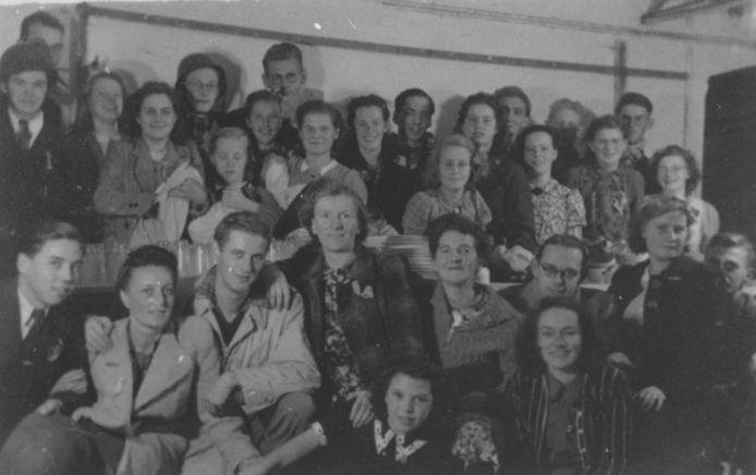 Ds. Van Selms haalde zijn eten in de schuilkelder van het Canisiuscollege, tegenover zijn huis. Hier de afwasploeg in het najaar 1944.