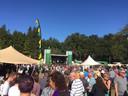 Bezoekers van het Hogen Bomen Festival genoten van een hapje, drankje en muziek.