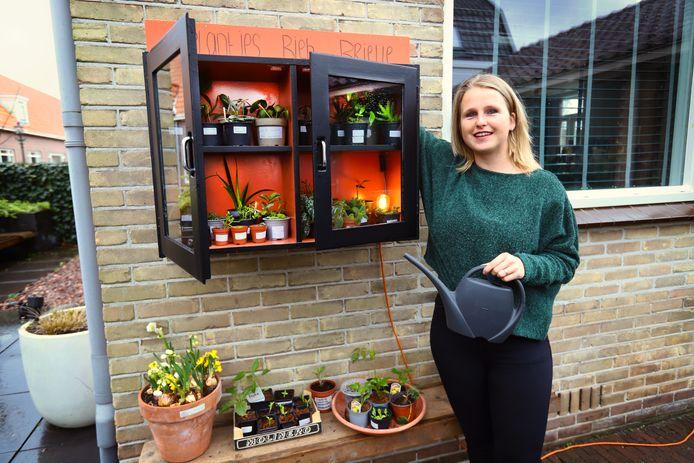 Buiten aan de muur van de Commandeursstraat 12A in Brielle hangt een kastje met plantjes, die mensen mogen meenemen.