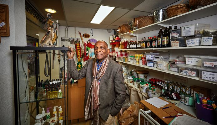 Fred Fitz-James in zijn winkel aan de West-Kruiskade, Fred Kulturushop.